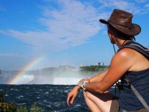 Mujer observando el arco-iris en las Cataratas del Niágara