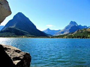 Lago y montañas de Canadá