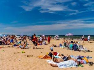 Personas a orillas de la playa