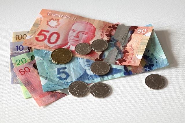 Billetes y monedas de dólar canadiense