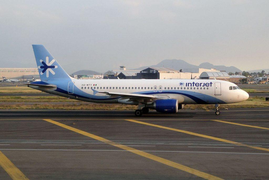 Avión de la compañia Interjet en la pista del aeropuerto